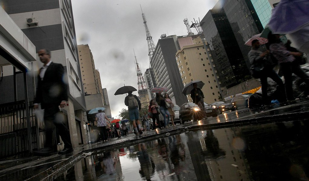 RF1311 - São Paulo,SP - Cotidiano - Chuva - Volta a chover nesta tarde na Capital Paulista. Na foto Av Paulista Foto: Robson Fernandjes / Fotos Públicas