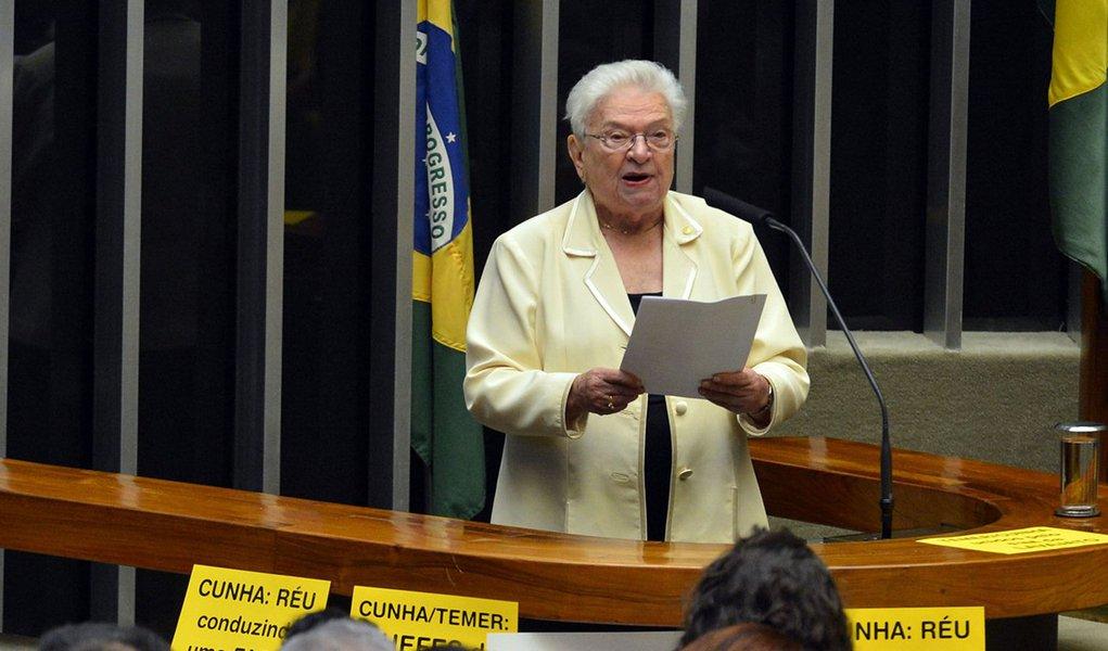 Brasília - Deputada Luiza Erundina do PSOL durante discussão do processo de impeachment de Dilma, no plenário da Câmara (Wilson Dias/Agência Brasil)