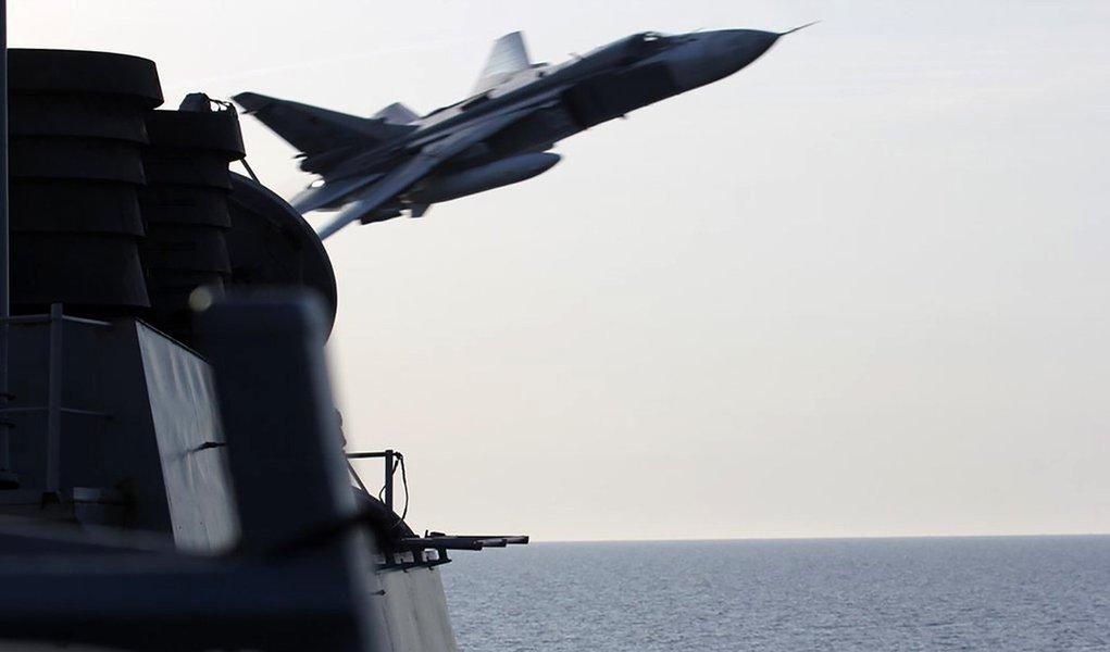 Marinha dos EUA divulga foto que mostra o que parece ser uma aeronave russa Sukhoi SU-24 passando perto de destróier dos EUA no Mar Báltico. 12/4/2016. REUTERS/Divulgação