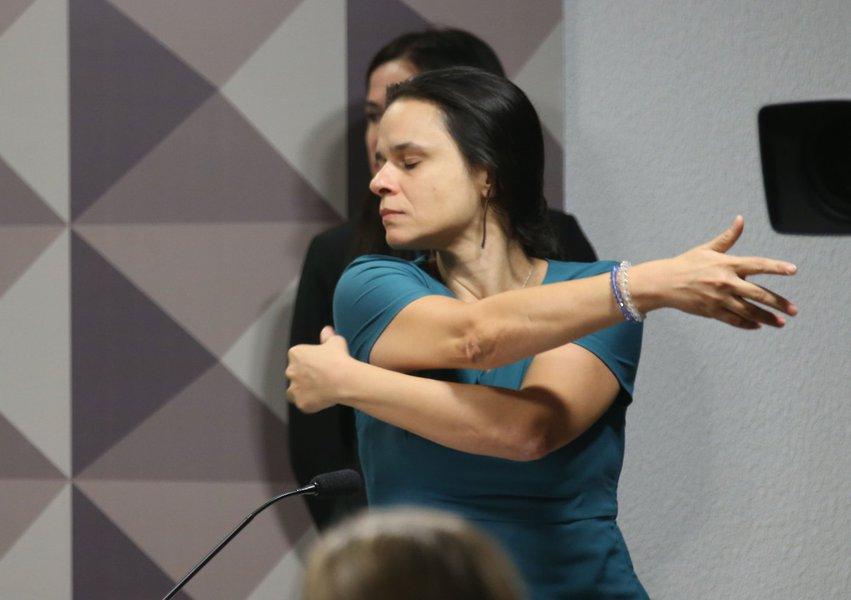 Brasília - Janaína Paschoal, um dos autores do pedido de afastamento da presidenta Dilma Rousseff, na Comissão Especial do Impeachment no Senado (Fabio Rodrigues Pozzebom/Agência Brasil)