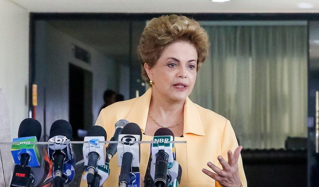Brasília - DF, 05/04/2016. Presidenta Dilma Rousseff durante visita à aeronave KC-390 da Embraer. Foto: Roberto Stuckert Filho/PR