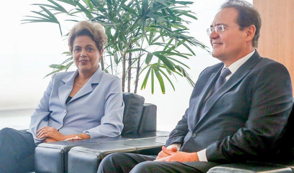 A presidente Dilma Rousseff, acompanhada do presidente do Senado, Renan Calheiros