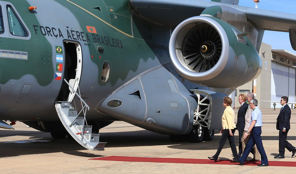Brasília- DF 05-04-2016 Presidenta, Dilma durante visitaà aeronave KC-390 da Embraer na base Aérea de Brasilia. Foto Lula Marques/Agência PT