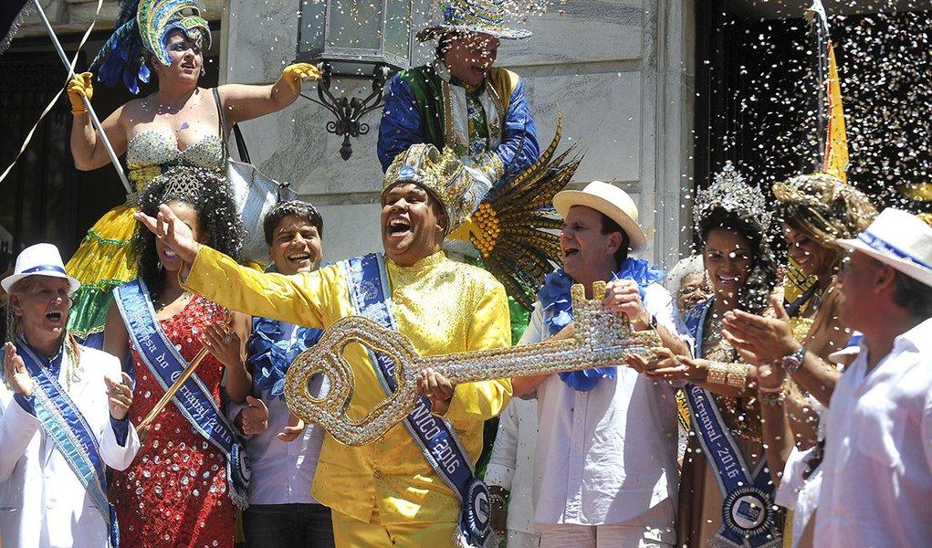 Rio de Janeiro - O prefeito Eduardo Paes entrega a chave da cidade ao Rei Momo, Wilson Dias da Costa Neto, no Palácio da Cidade e oficializa o o início do carnaval no Rio (Tânia Rêgo/Agência Brasil)