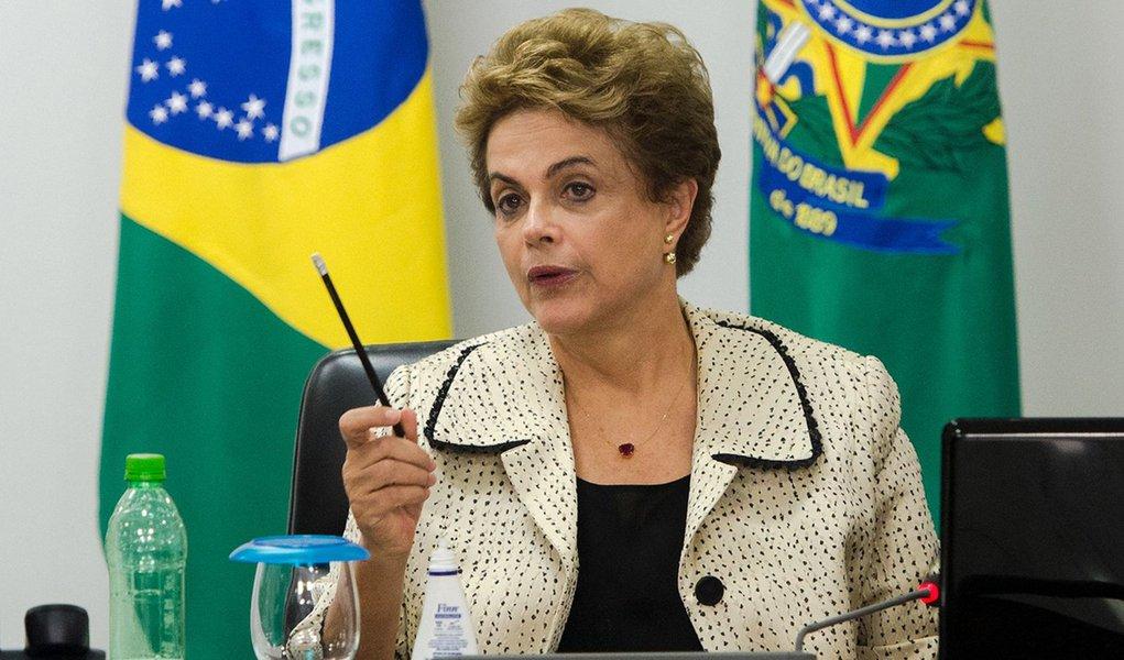 Brasília - A presidenta Dilma Rousseff em reunião com autoridades para tratar do combate ao vírus Zika (Marcelo Camargo/Agência Brasil)