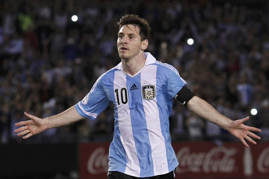 Argentina's Leonel Messi celebrates after he scored their second goal against Venezuela in a 2014 World Cup qualifying soccer match in Buenos Aires March 22, 2013. REUTERS/Enrique Marcarian (ARGENTINA - Tags: SPORT SOCCER)