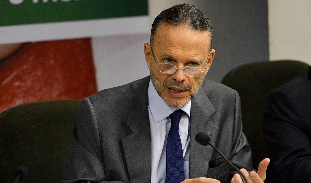 Brasília - O presidente do BNDES, Luciano Coutinho participa de solenidade de assinatura de acordo entre a Embrapa e o BNDES para reforçar o Fundo Amazônia (Fabio Rodrigues Pozzebom/Agência Brasil)