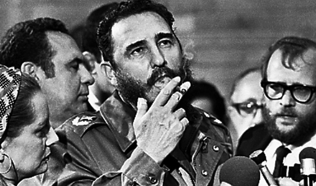 Fidel Castro fuma charuto durante entrevista à imprensa durante visita do senador norte-americano Charles McGovern em maio de 1975. REUTERS/Prensa Latina (CUBA)