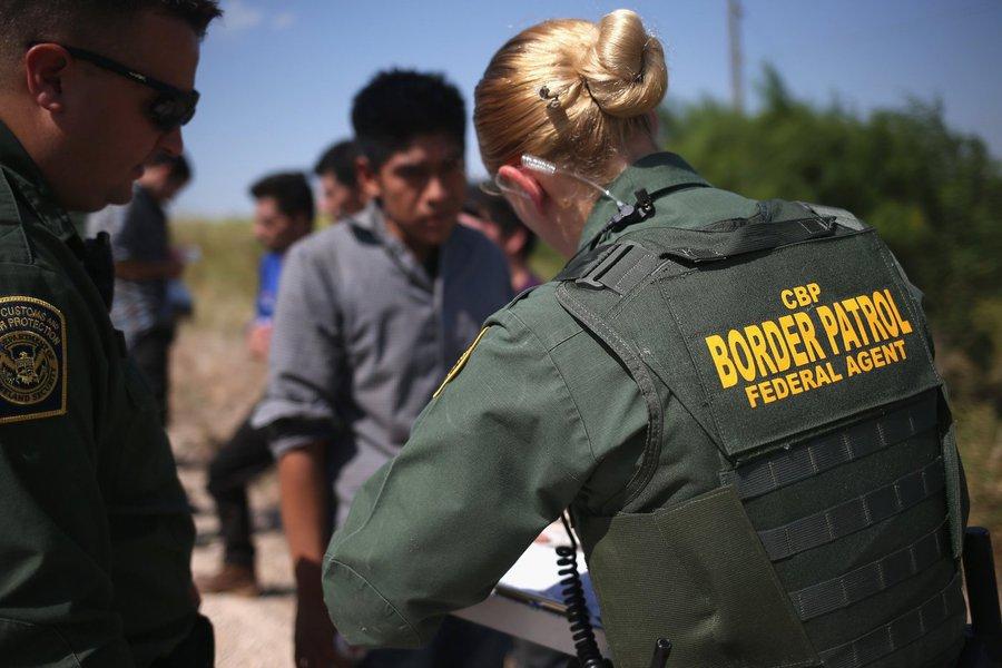 Agentes interrogam imigrantes ilegais na fronteira do México com os EUA