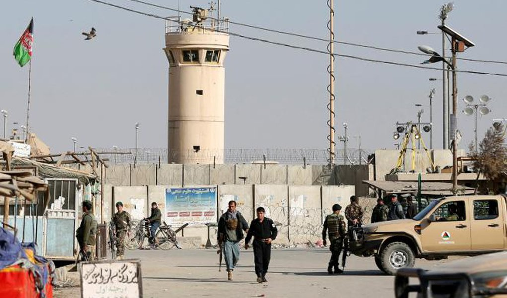 Afghan National Army (ANA) soldiers and police keep watch outside the Bagram Airfield entrance gate, after an explosion at the NATO air base, north of Kabul, Afghanistan November 12, 2016. REUTERS/Omar Sobhani