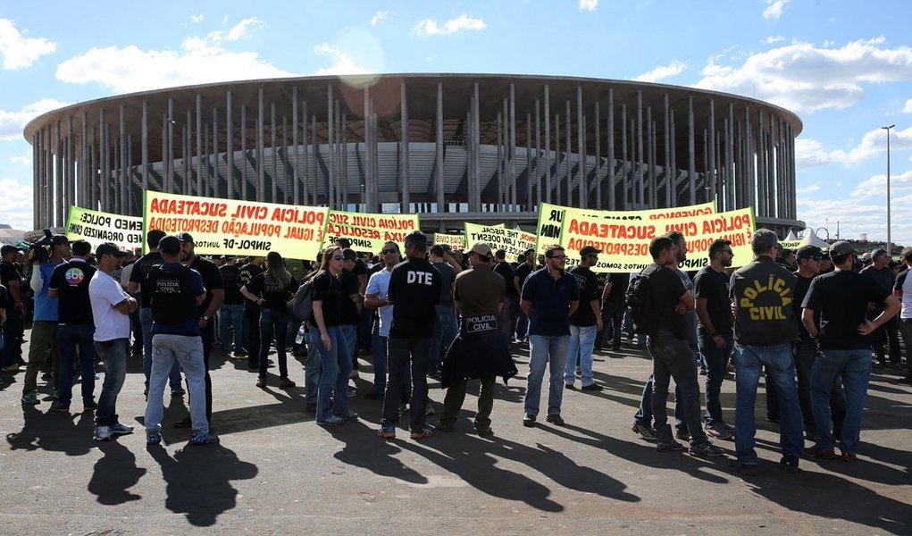 Brasília - Policiais Civis do Distrito Federal em greve protestam no estacionamento do estádio Mané Garrincha (Wilson Dias/Agência Brasil)