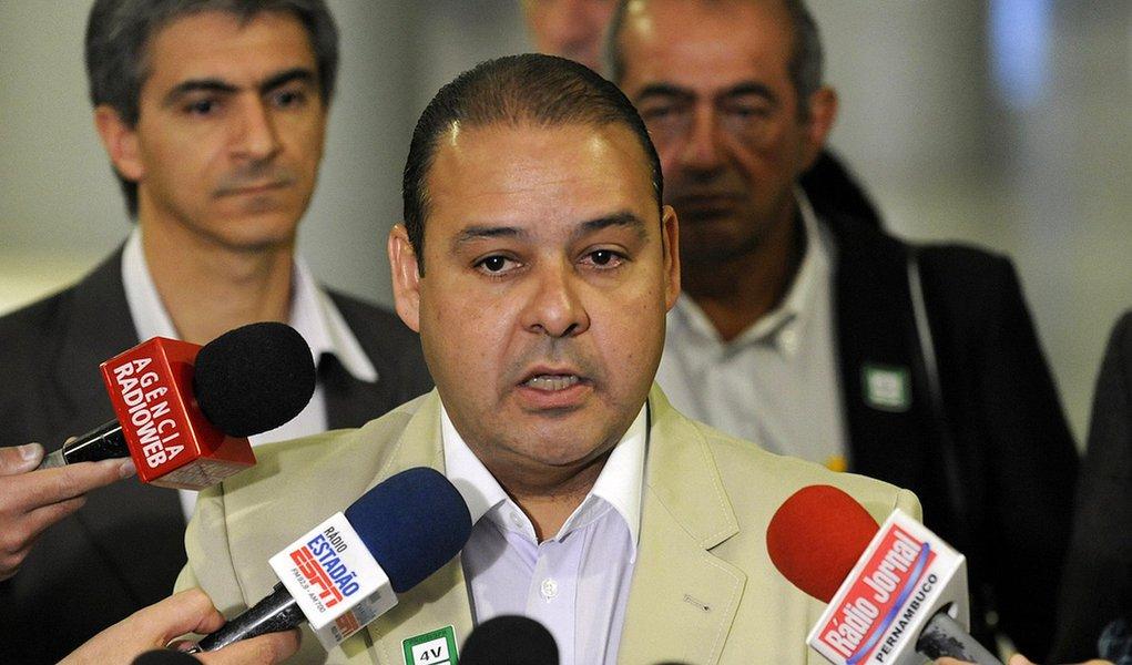 Presidente da CUT, Vagner Freitas, fala com a imprensa após reunião no Planalto sobre a greve dos servidores