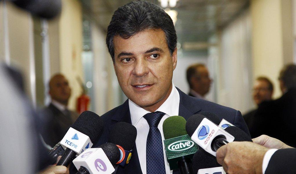 POSSE TRIBUNAL DE CONTAS DO PARANA , O GEVERNADOR BETO RICHA DURANTE COLETIVA A IMPRENSA.