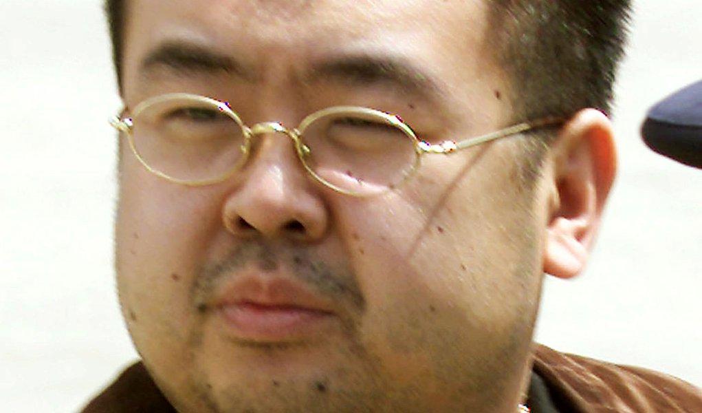 Homem que supostamente seria Kim Jong Nam, meio irmão do líder da Coreia do Norte, Kim Jong Un, durante embarque em aeroporto no Japão. 04/05/2001 REUTERS/Eriko Sugita/File Photo