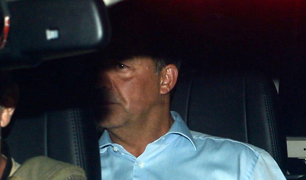 Rio de Janeiro - O ex-governador do Rio de Janeiro Sérgio Cabral é levado preso na operação Lava Jato em viatura da Polícia Federal na sede na Praça Mauá (Fernando Frazão/Agência Brasil)