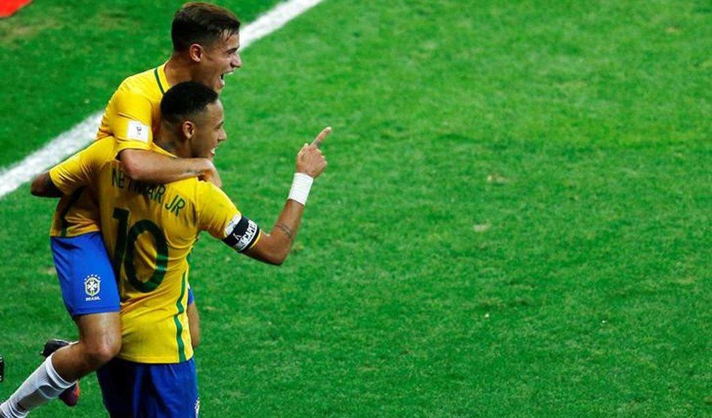Neymar e Philippe Coutinho comemoram gol do Brasil contra a Argentina. 10/11/16. REUTERS/Ricardo Moraes