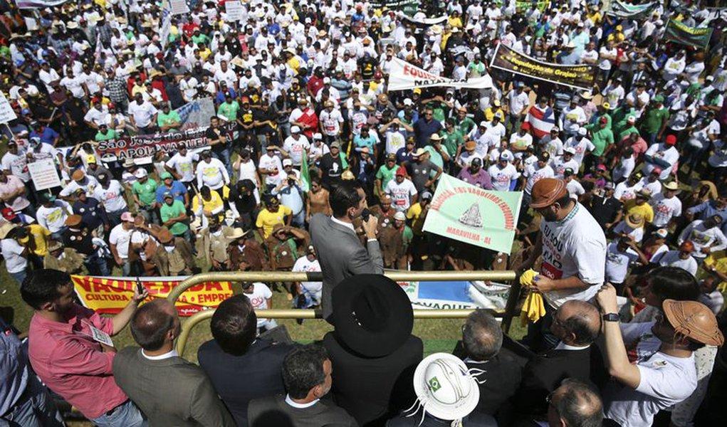 Bras�lia - Vaqueiros e trabalhadores de vaquejadas assistem missa na Esplanada dos minist�rios (Jos� Cruz/Ag�ncia Brasil)