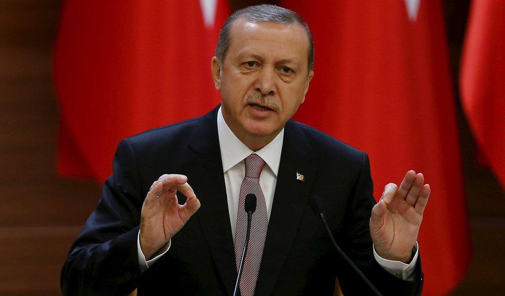 Presidente da Turquia, Tayyip Erdogan, discursa no palácio presidencial em Ancara. 26/11/2015 REUTERS/Umit Bektas