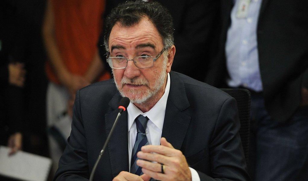 O ministro do Desenvolvimento Agrário, Patrus Ananias, apresenta o balanço do Cadastro Ambiental Rural (José Cruz/Agência Brasil)