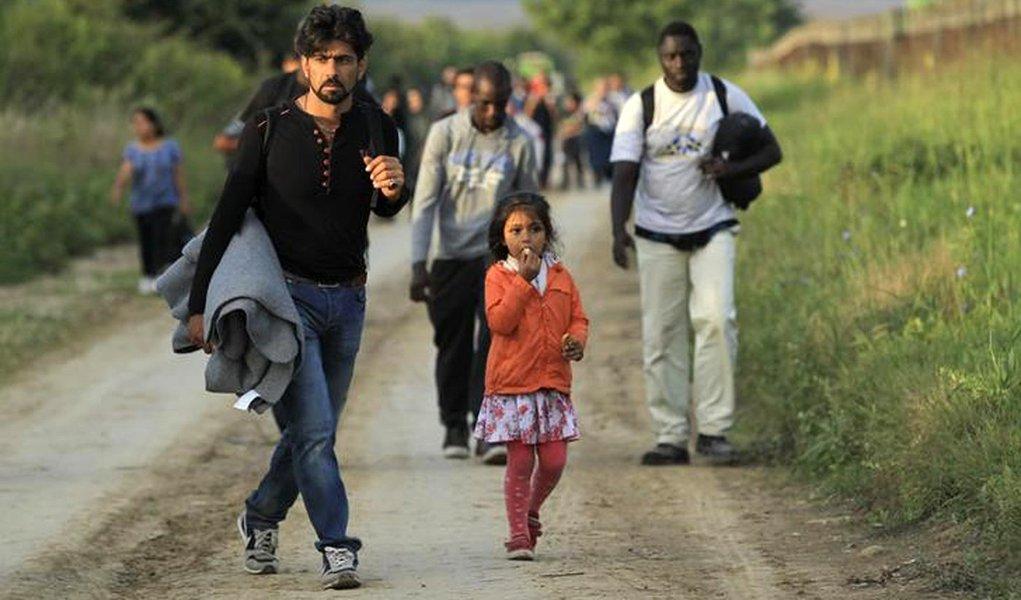 Grupo de imigrantes em Sid, próximo a fronteira entre Sérvia e Croácia. 16/09/2015 REUTERS/Antonio Bronic