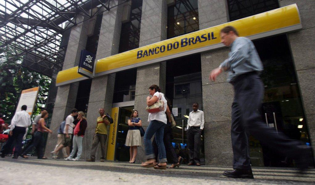 Brasil, Rio de Janeiro, RJ. 22/06/2010. Pedestres caminham em frente � fachada de ag�ncia do Banco do Brasil, no centro do Rio de Janeiro. - Cr�dito:PAULO VITOR/AG�NCIA ESTADO/AE/Codigo imagem:81162