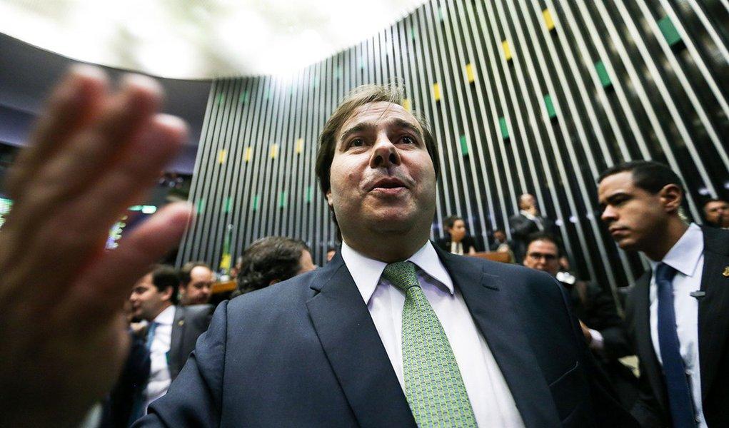 Brasília - Rodrigo Maia cumprimenta deputados após discursar durante sessão para eleição do presidente da Câmara dos Deputados e demais membros da mesa diretora (Marcelo Camargo/Agência Brasil)