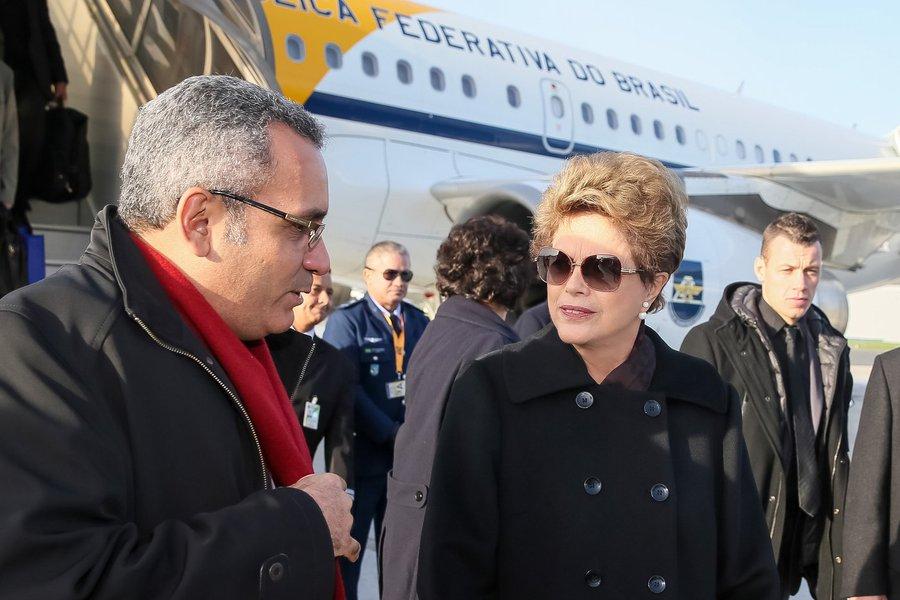 Paris - França, 28/11/2015. Presidenta Dilma Rousseff recebe cumprimentos durante sua chegada à França. Foto: Roberto Stuckert Filho/PR