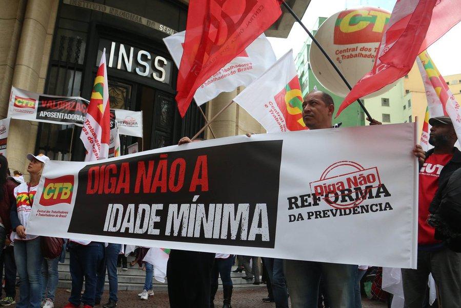 São Paulo 31/05/2016 Manifestação em frente ao INSS no Viaduto Santa Ifigênia, contra a Reforma da Previdencia. Foto Paulo Pinto/Agencia PT