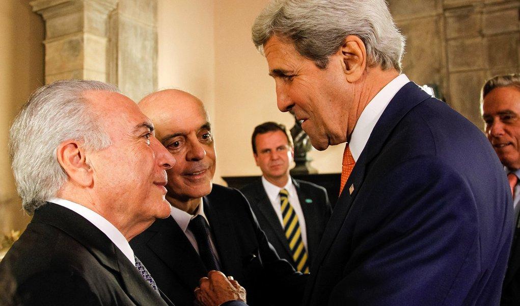 Rio de Janeiro - Presidente interino; Michel Temer; o ministro do MRE, José Serra; o governador Pezão; e o prefeito do Rio, Eduardo Paes; recebem o secretário de Estado norte-americano, John Kerry (Beto Barata/PR)