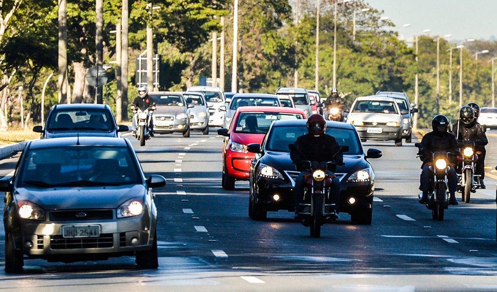 Brasília - A partir de hoje (8), o uso do farol baixo aceso durante o dia em rodovias é obrigatório.