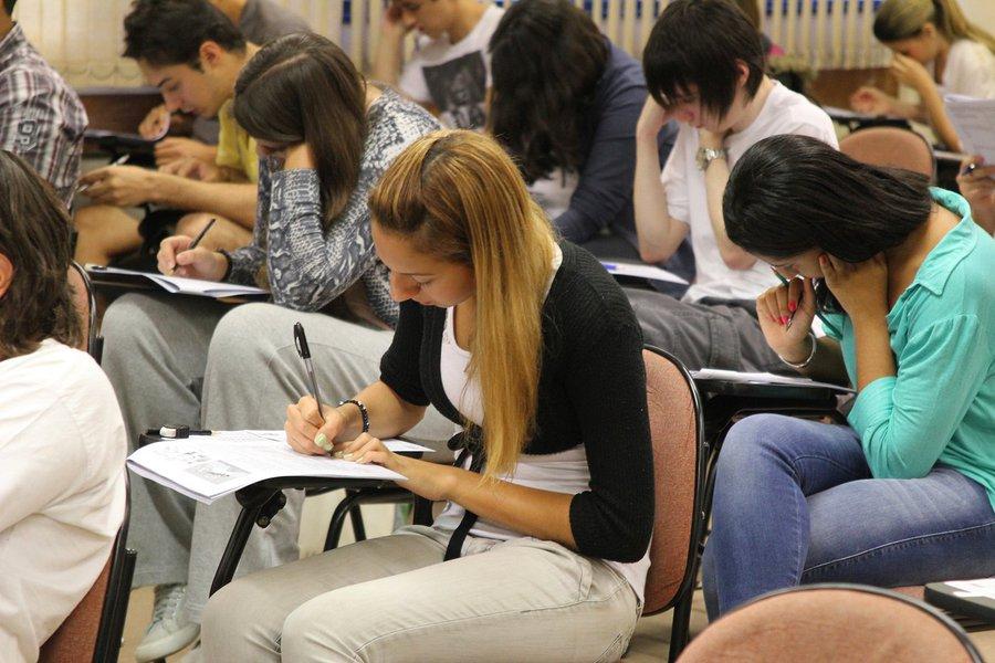 Candidatos prestam prova da Fuvest. Foto: Marcos Santos/USP Imagens