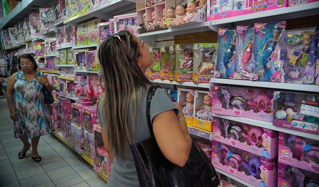 Rio de Janeiro - Comércio de artigos para o Dia das Crianças na região da Sociedade de Amigos da Rua da Alfândega e Adjacências (Saara), o maior centro comercial popular do Rio de Janeiro.