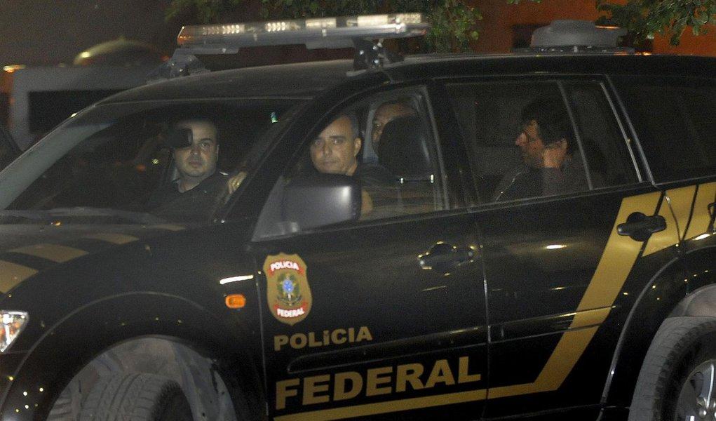 Rio de Janeiro - O banqueiro Andr� Esteves deixa sede da Pol�cia Federal na Pra�a Mau� em dire��o ao Pres�dio Ary Franco (Fernando Fraz�o/Ag�ncia Brasil)