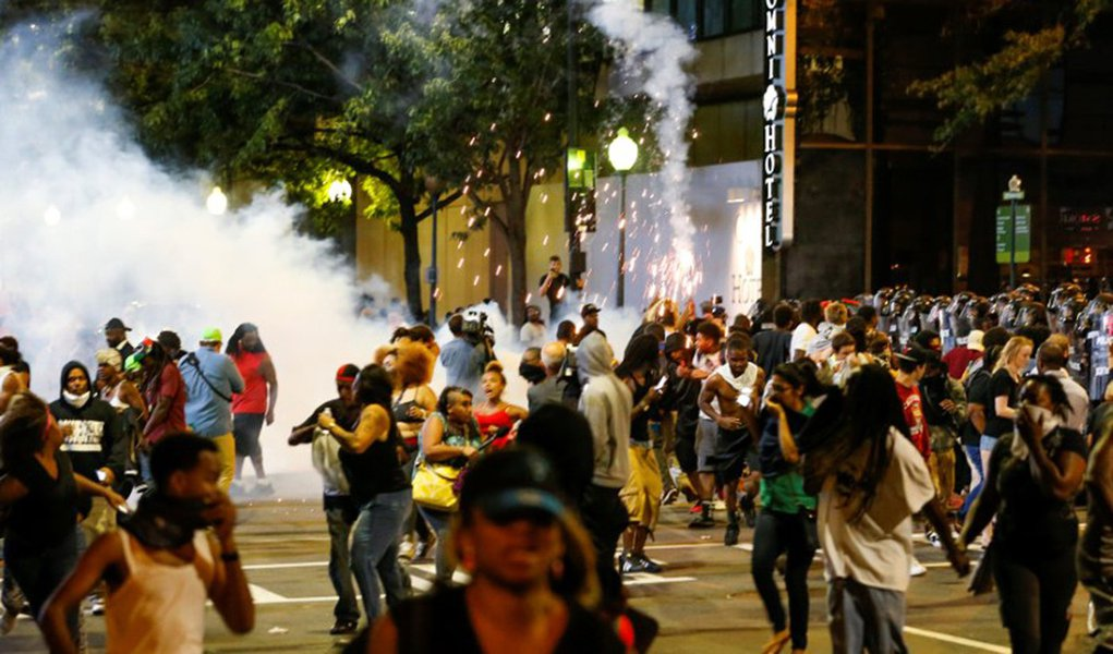 People run from flash-bang grenades in uptown Charlotte, NC during a protest of the police shooting of Keith Scott, in Charlotte, North Carolina, U.S. September 21, 2016. REUTERS/Jason Miczek