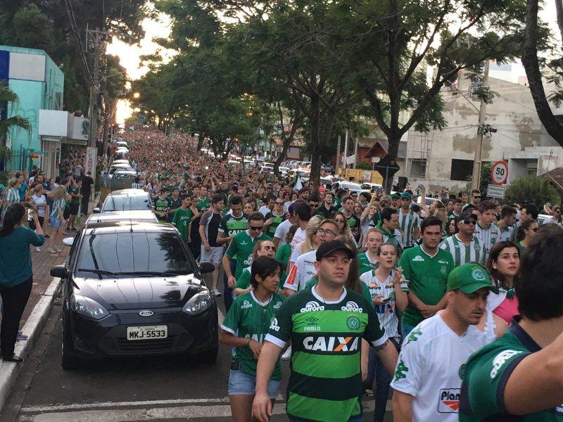 Moradores de Chapecó vão às ruas após tragédia com elenco da Chapecoense