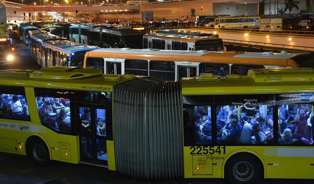 Brasília - Rodoviários fazem uma paralisação relâmpago em solidariedade aos presos durante manifestação de servidores do DF em greve que terminou em confronto com a polícia (Fabio Rodrigues Pozzebom/Agência Brasil)