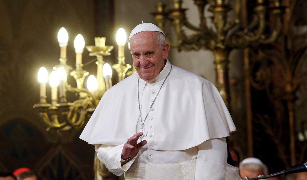 Papa Francisco acena na Grande Sinagoga de Roma, Itália. 17 de janeiro de 2016. REUTERS/Alessandro Bianchi
