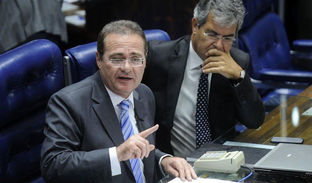 O presidente do Senado, Renan Calheiros, anuncia corte de terceirizados e modernização na Comunicação do Senado. À direita, o senador Jorge Viana (PT-AC)