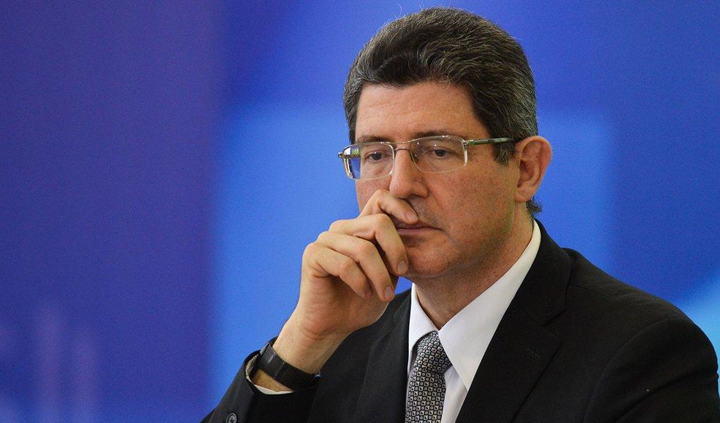Os ministros da Fazenda, Joaquim Levy; e do Planejamento, Nelson Barbosa; anunciam cortes no Orçamento durante coletiva (Valter Campanato/Agência Brasil)