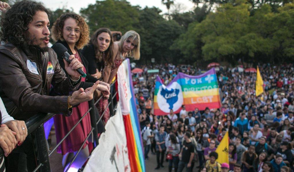 28/06/2015 - PORTO ALEGRE, RS, BRASIL - Parada de luta LGBT na Redenção, com as presenças de Luciana Genro, Jean Willis, Fernanda Melchionna e Manoela D`Ávila. /diversidade / Foto: Guilherme Santos/Sul21