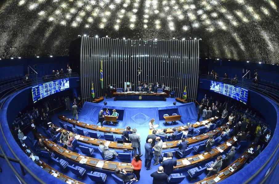 Plenário do Senado durante sessão deliberativa ordinária. Mesa: senadora Lúcia Vânia (PSDB-GO); presidente do Senado Federal, senador Renan Calheiros (PMDB-AL). Foto: Ana Volpe/Agência Senado