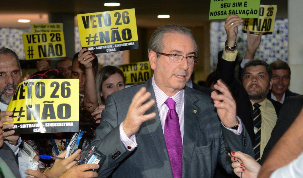 Presidente da Camara, Eduardo Cunha, fala com a imprensa antes de presidir a ordem do dia (Fabio Rodrigues Pozzebom/Agência Brasil)
