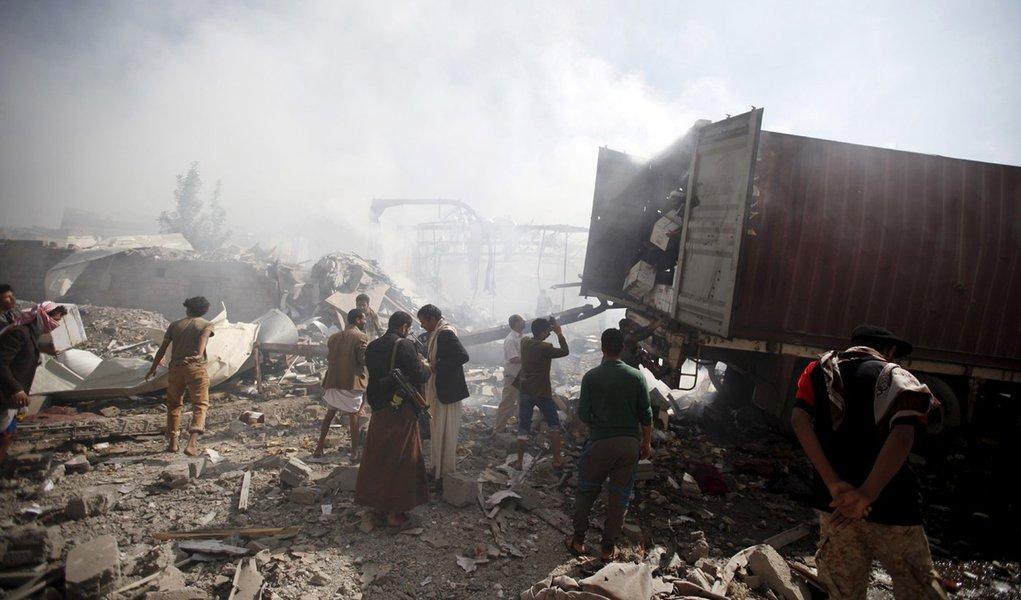 Armazém destruído por ataques aéreos sauditas em Sanaa, no Iêmen. 25/10/2015 REUTERS/Khaled Abdullah