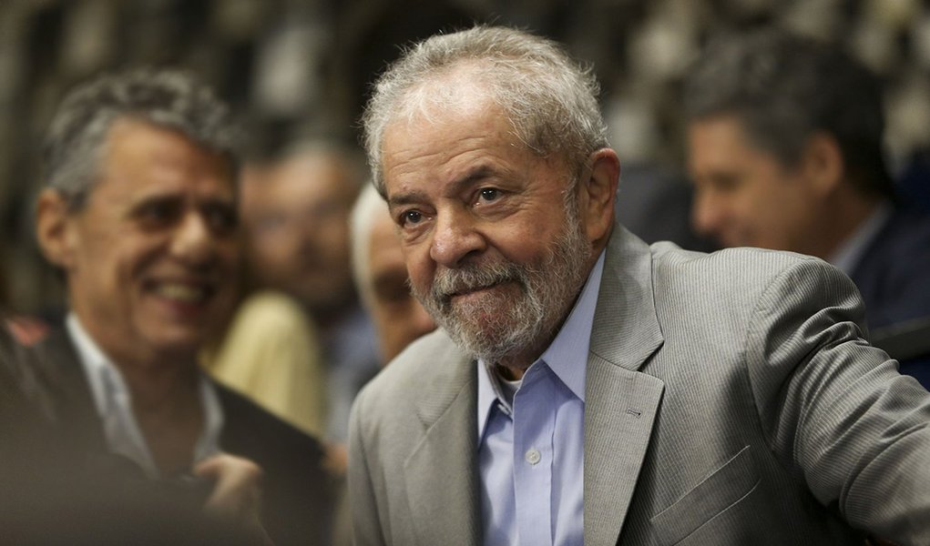 Brasília - O o ex-presidente Luiz Inácio Lula da Silva assiste a presidenta afastada Dilma Rousseff fazer sua defesa diante dos Senadores durante sessão de julgamento do impeachment. ( Marcelo Camargo/Agência Brasil)