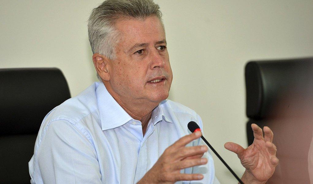 Brasília - O governador Rodrigo Rollemberg, se reúne com a secretária adjunta de Saúde, Eliene Berg, e com os diretores regionais de hospitais para discutir a situação da saúde no DF (Elza Fiuza/Agência Brasil)