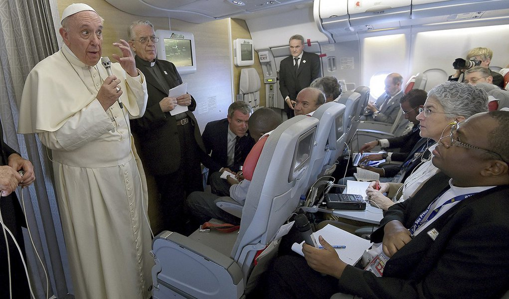 Papa Francisco concede entrevista no avião de volta para Roma. 30/11/2015. REUTERS/Daniel Dal Zennaro
