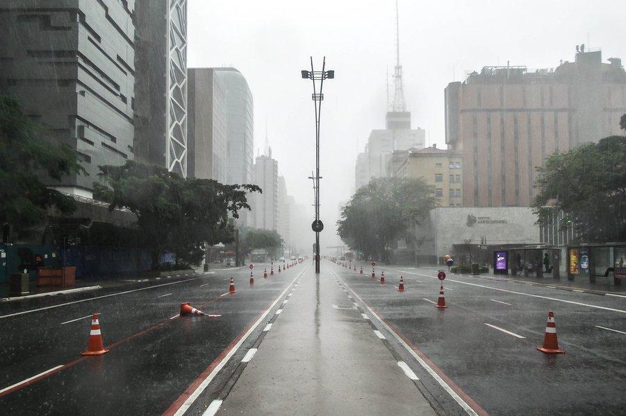 25-12-2014 - Chuva nesta quinta feira de Natal na Avenida Paulista. Foto: Rafael Neddermeyer/ Fotos Públicas
