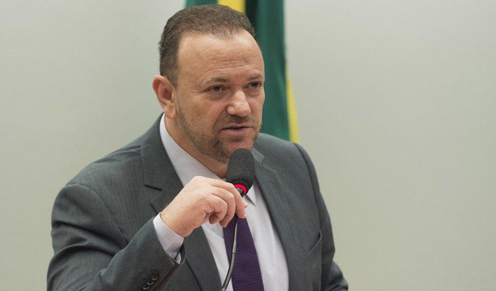 O ministro da Secom, Edinho Silva, fala  na Comissão de Ciência e Tecnologia, Comunicação e Informática da Câmara sobre as ações prioritárias da pasta (Marcelo Camargo/Agência Brasil)