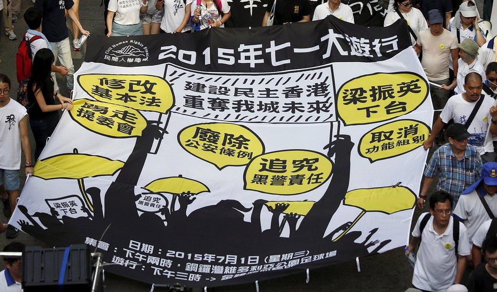 Manifestantes protestam pela democracia em Hong Kong. 01/07/2015 REUTERS/Bobby Yip