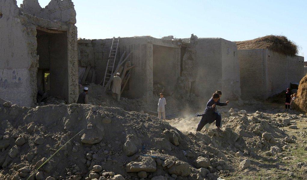 Crianças em meio a destroços após terremoto em Jalalabad, Afeganistão. 27/10/2015 REUTERS/Parwiz